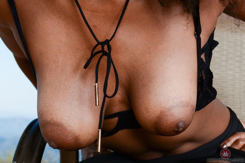 Negra safada e tesuda de quatro pelada bem gostosa