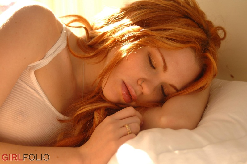 Jamie Langford ruiva gostosa e muito linda peladinha na cama