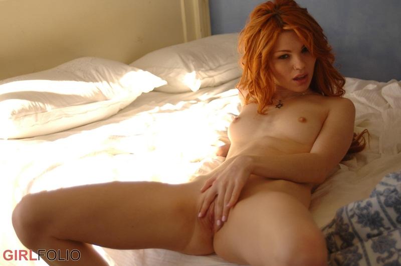 Ruiva gostosa e muito linda peladinha na cama