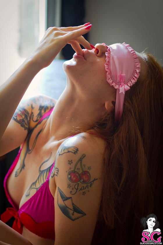Suicide ruivinha muito gostosa com peitinhos lindos e bucetuda