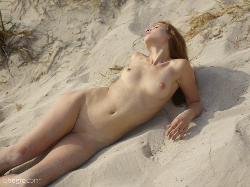 Pelada na praia mostrando toda sua beleza e sensualidade.