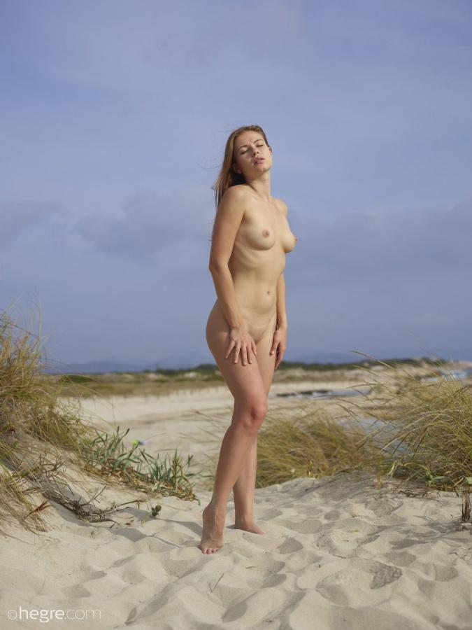 Jenna in Ibiza pelada na praia mostrando toda sua beleza e sensualidade.