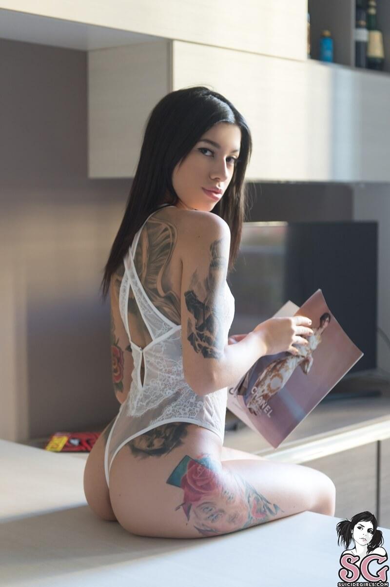 Morena tatuada sexy e muito gostosa peladinha tesuda