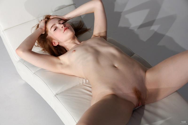 Ruiva rabuda gostosa e muito safada tirando a roupa delicia