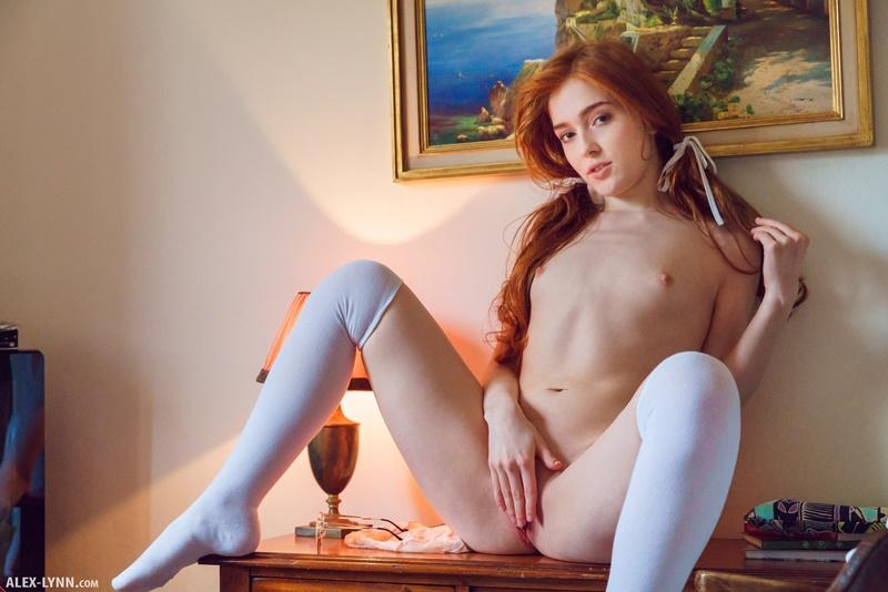 Jia Lissa ruiva safada e sexy com tesão e a buceta molhadinha