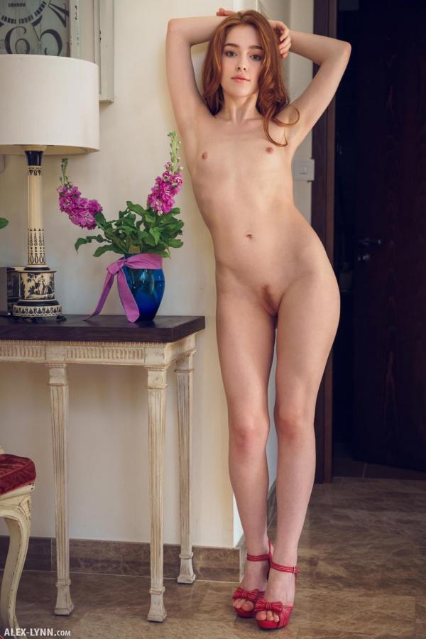 Jia Lissa ruivinha linda com um rosto encantador e seios perfeitos.