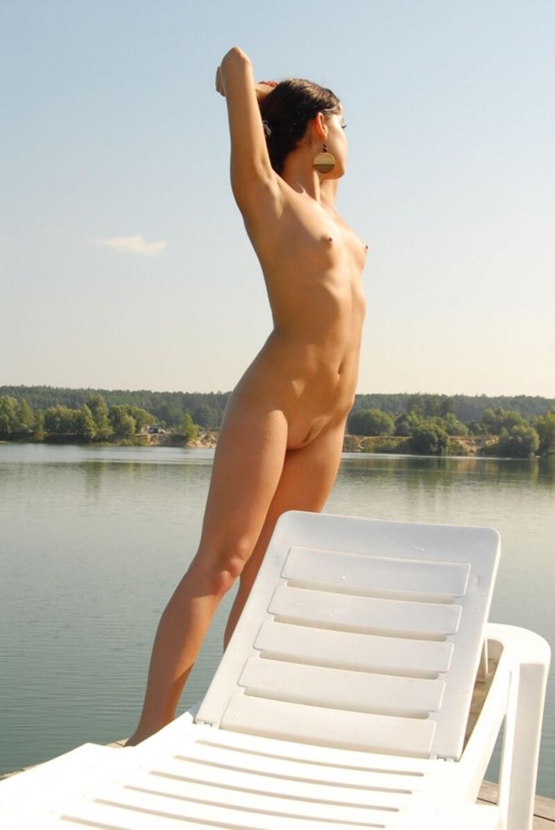 Gatinha pegando um bronzeado mostrando seu lindo corpo.