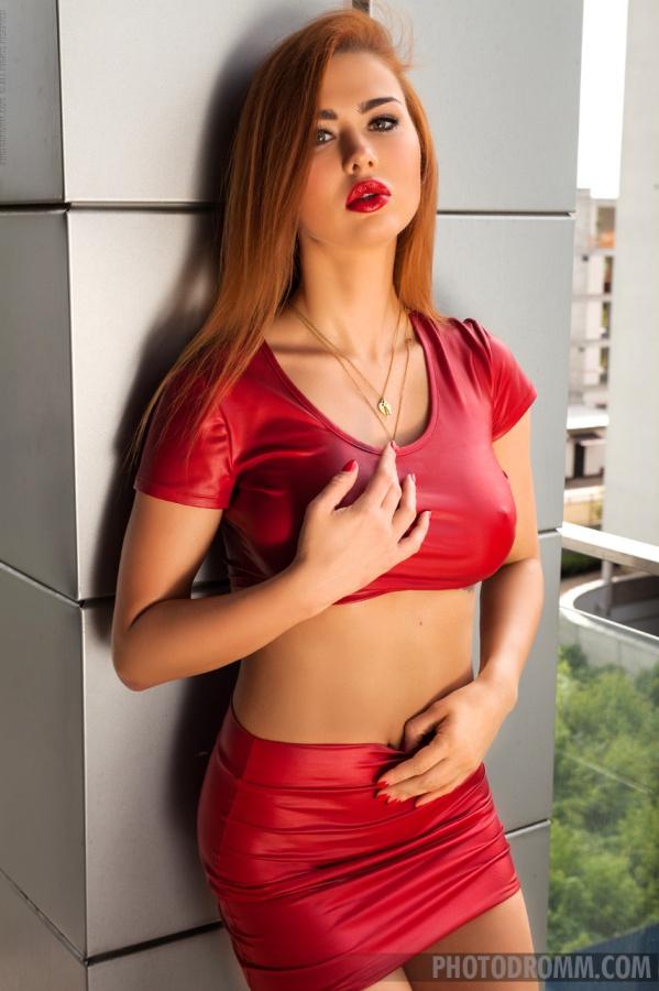Justyna In Fire ruiva muito gostosa com seios perfeitos e uma buceta linda.