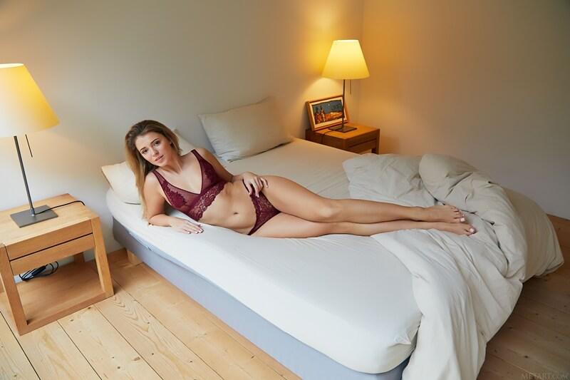 Kalisy loira sexy de lingerie bem gostosa e safada com tesão delici
