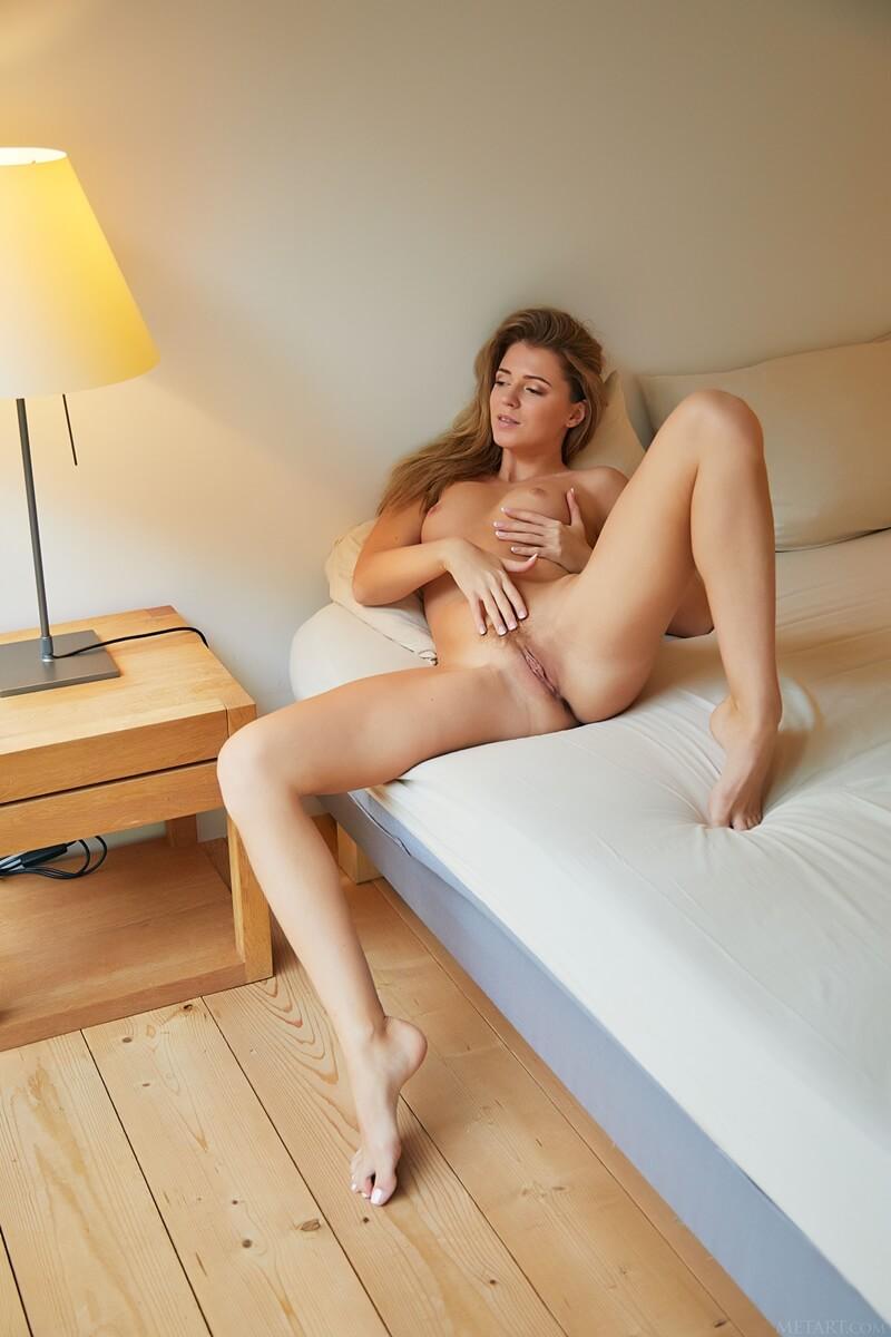 Loira sexy de lingerie bem gostosa e safada com tesão delici