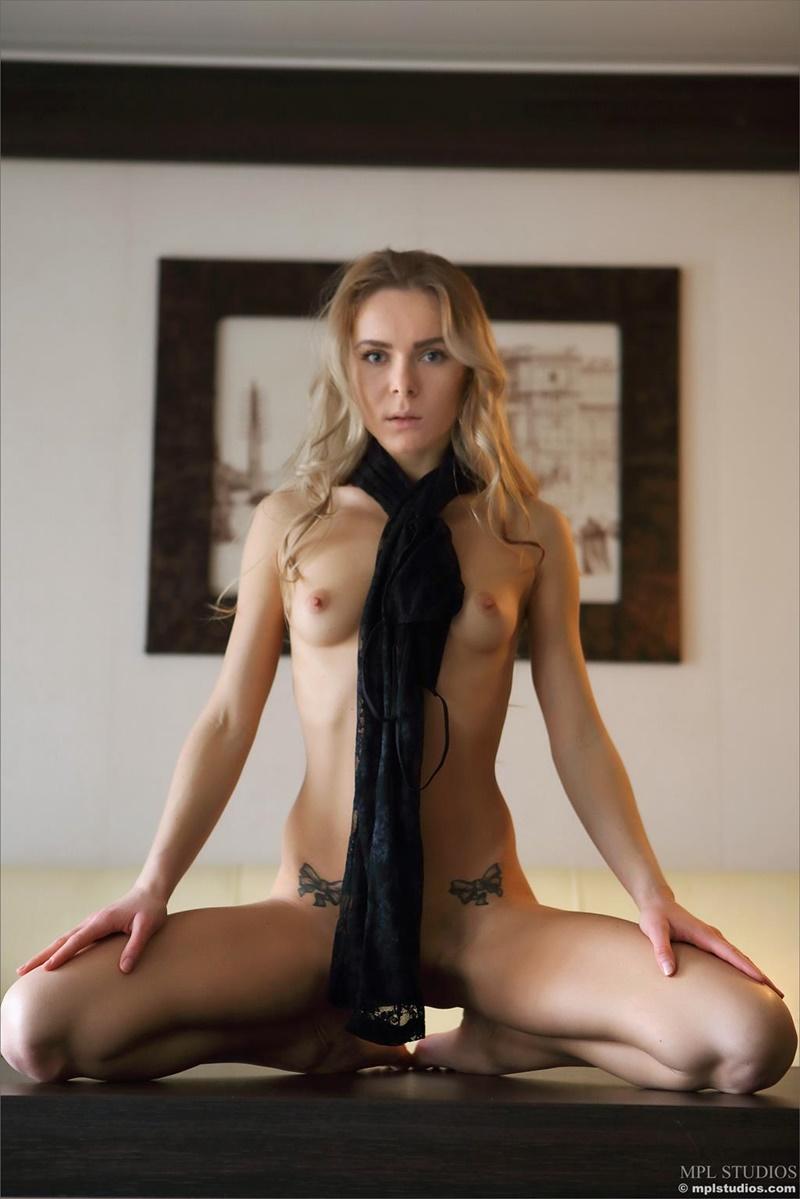 Karissa Diamond loirinha safada gostosa nua de lingerie preta delicia