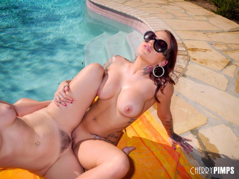 Morenas gostosas e safadas na piscina
