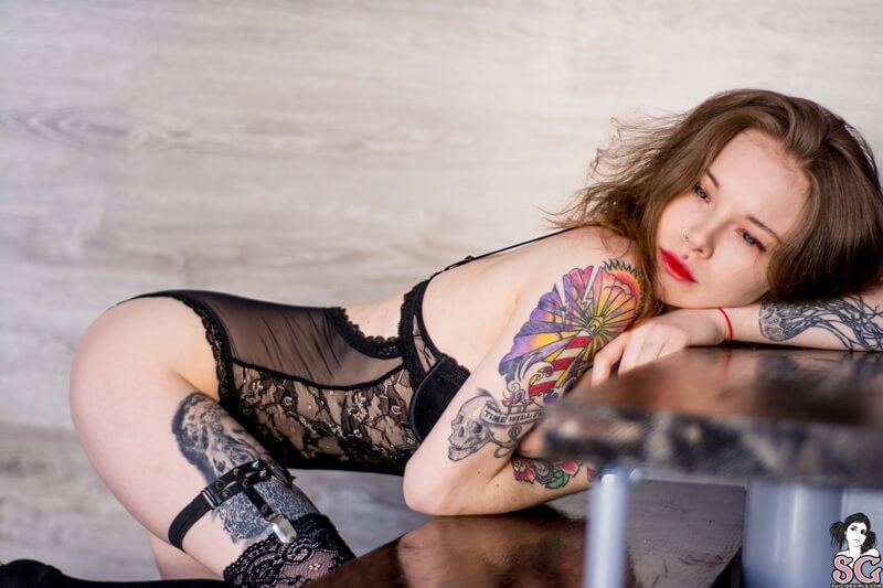Karnelia Suicide Girls ninfetinha gostosa de lingerie bem safada com tesão delicia