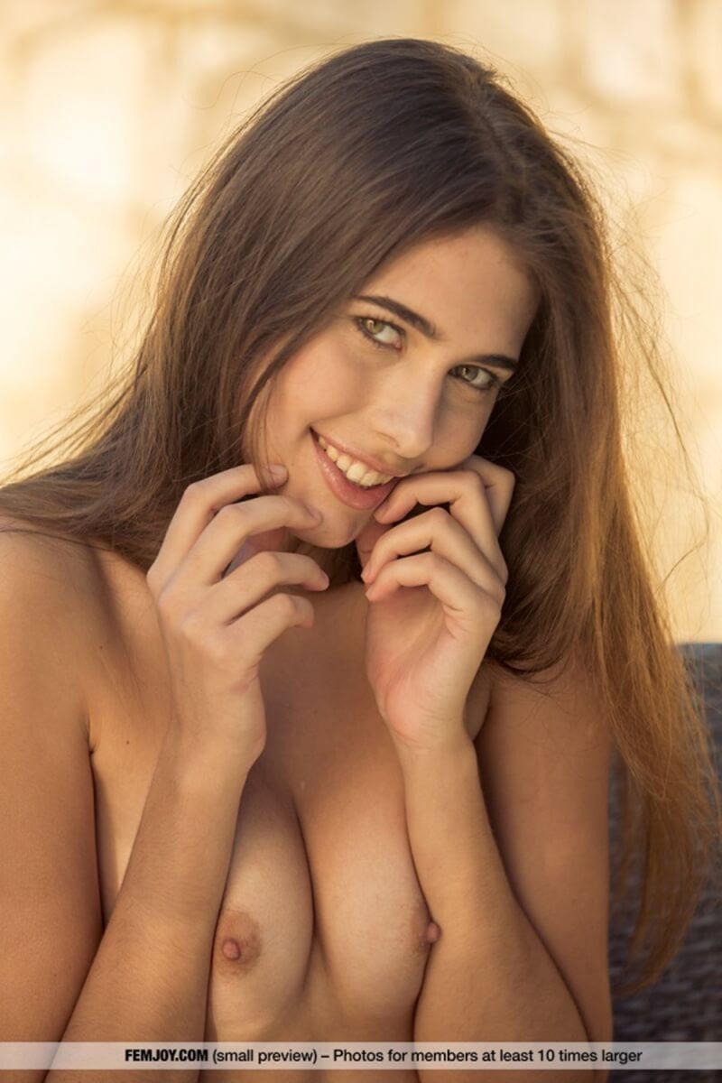Katrine Pirs gatinha muito gostosa com um corpo maravilhoso e seios lindos.