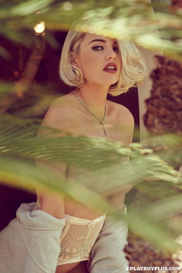 Kayslee Collins linda loira com seios sensacionais e uma bucetinha peluda deliciosa.