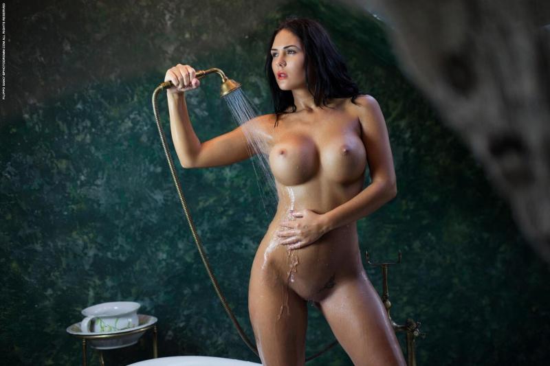 Kendra morena cavala muito gostosa e peituda tomando banho