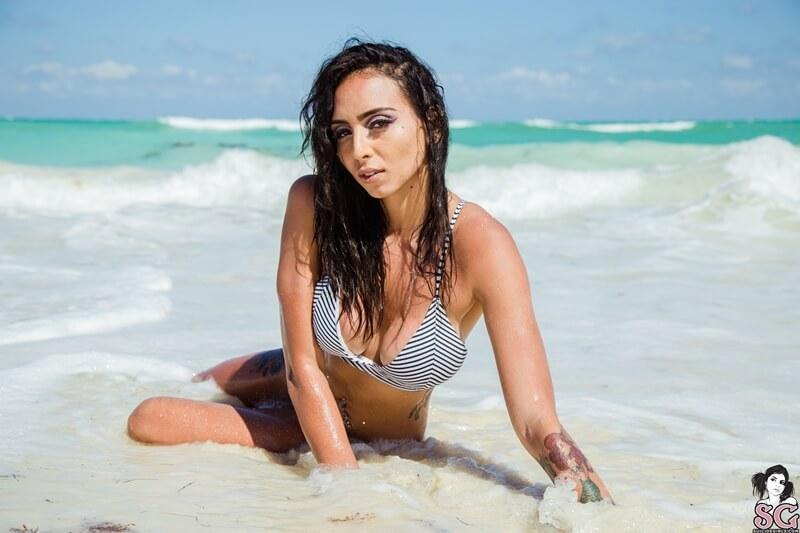 Koramermaid Suicide Girls latina sexy e gostosa peituda muito sensual pelada na praia