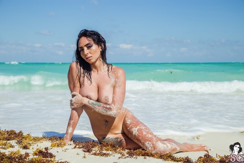 Latina sexy e gostosa peituda muito sensual pelada na praia