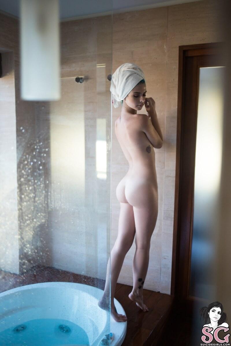 Ninfeta safada e gostosa de quatro na banheira tesuda delici