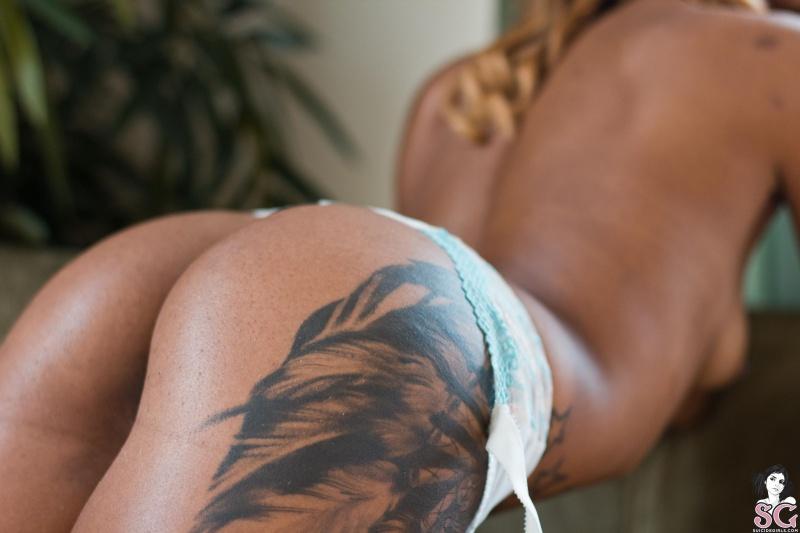 Negra de cabelos loiros nua gostosa rabuda