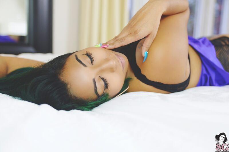 Negra sensual gostosa toda safada tirando a roupa delicia