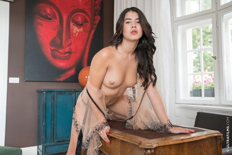 Morena sensual e gostosa com tesão peladinha delicia
