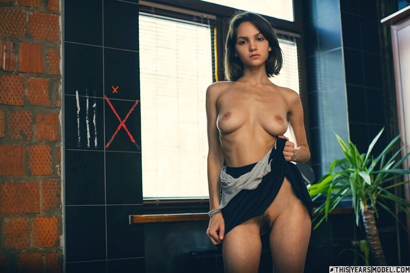 Lara Masier russa safada e gostosa mostrando a buceta peluda bem delicia
