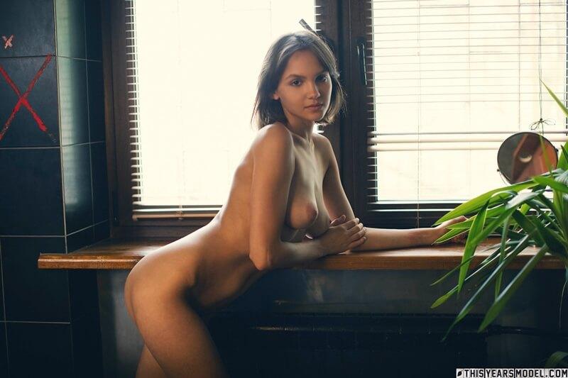 Russa safada e gostosa mostrando a buceta peluda bem delicia