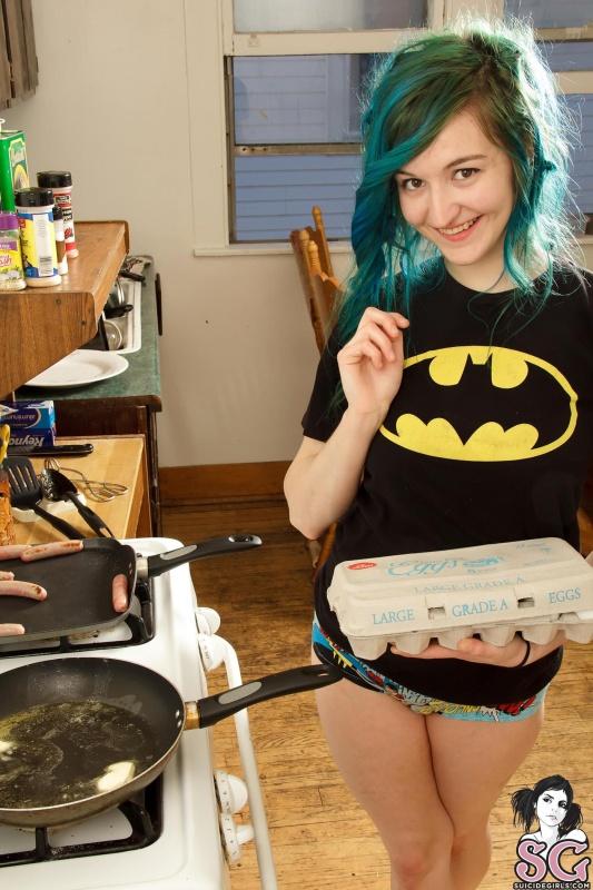 Moreninha rabuda gostosa cozinhando