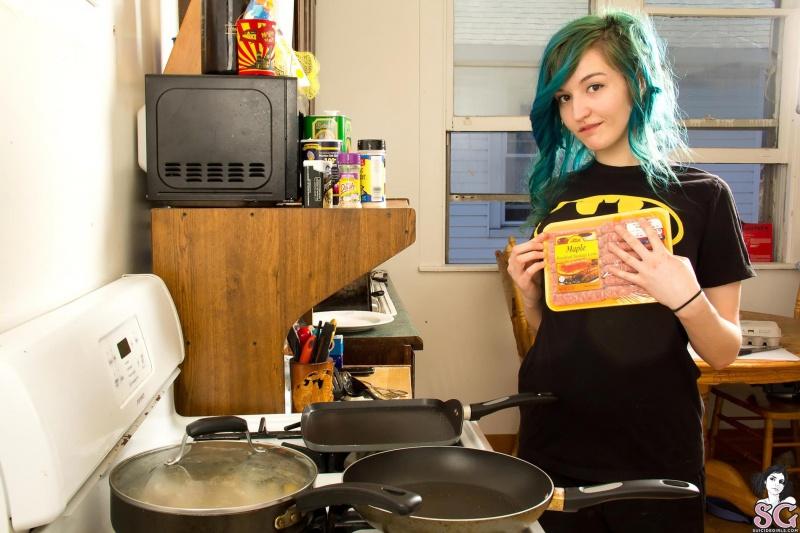 Lasiren Suicide Girls moreninha rabuda gostosa cozinhando