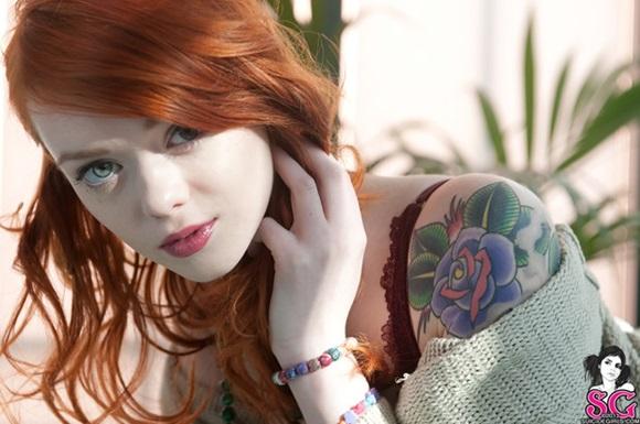Ruivinha muito gostosa e toda tatuada.