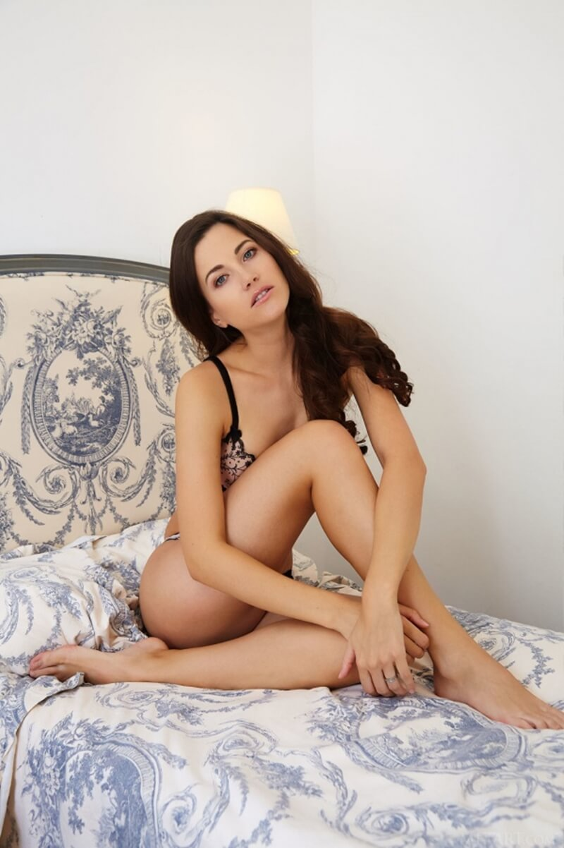Lauren Crist morena linda demais com um belo par de seios pequenos e um lindo rosto.
