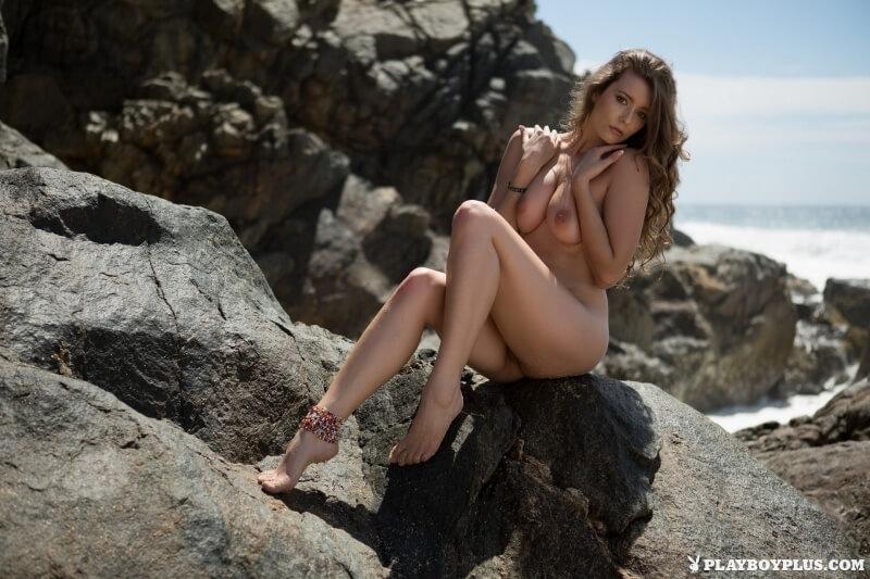 Gostosinha muito linda mostrando seu belo corpo na praia.