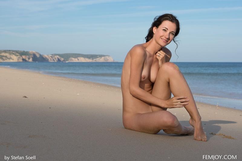 Morena gostosa peituda pelada na praia muito safada