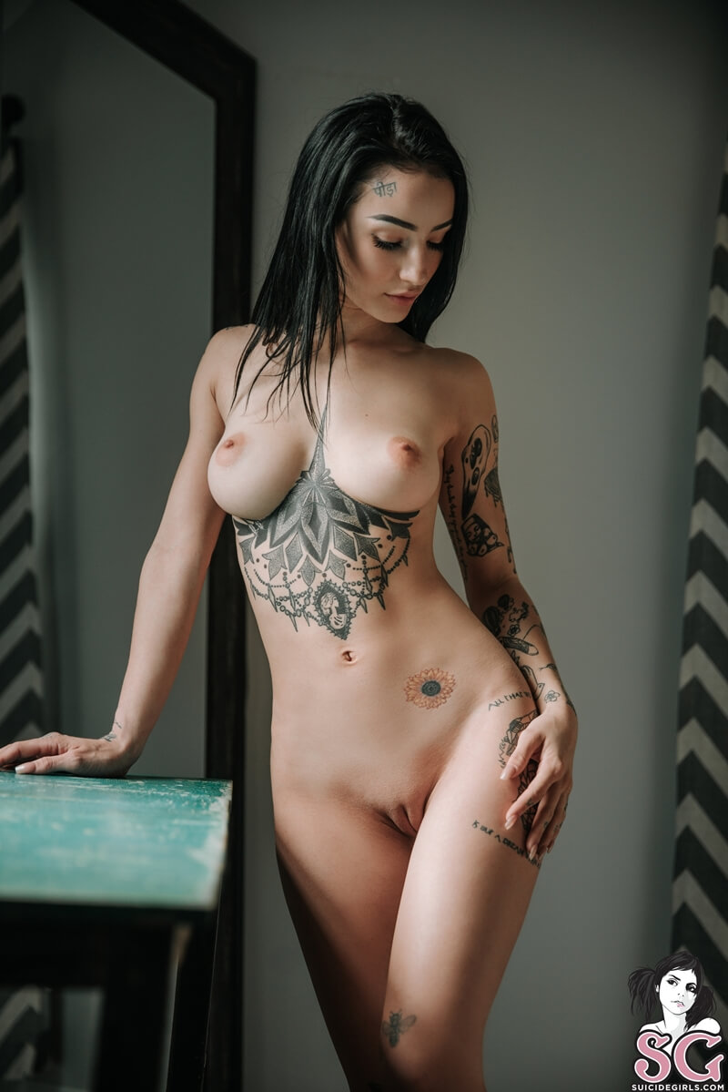 Magrinha tatuada muito gostosa e safada tirando a roupa deli