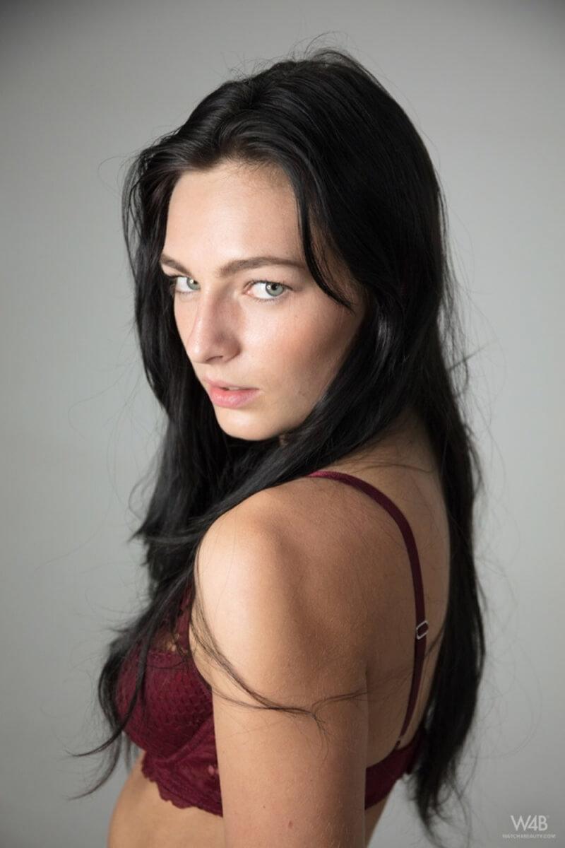 Leanne Lase gatinha do cabelo preto mostrando toda sua sensualidade.
