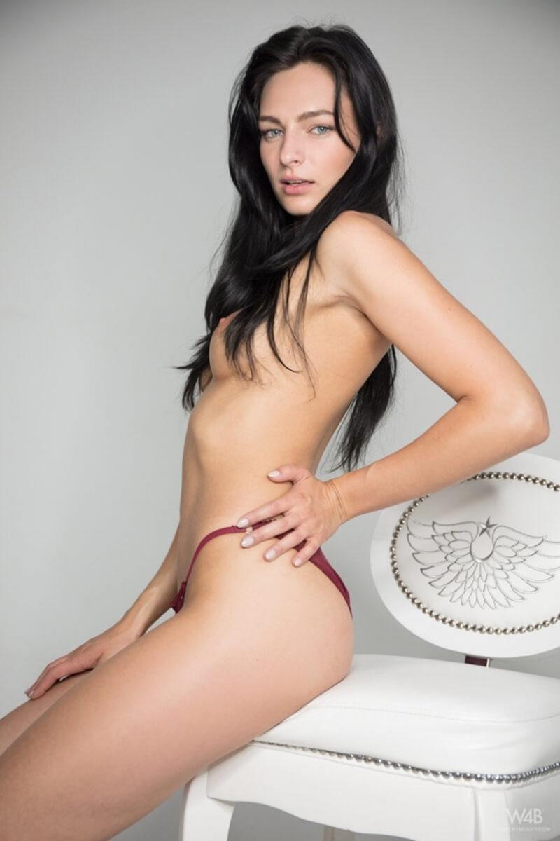 Gatinha do cabelo preto mostrando toda sua sensualidade.