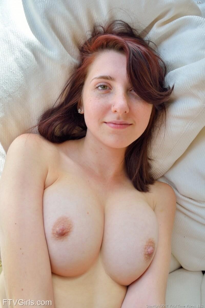 Lexi Ftv uma mulher muito gostosa com seios perfeitos e uma bela bunda.