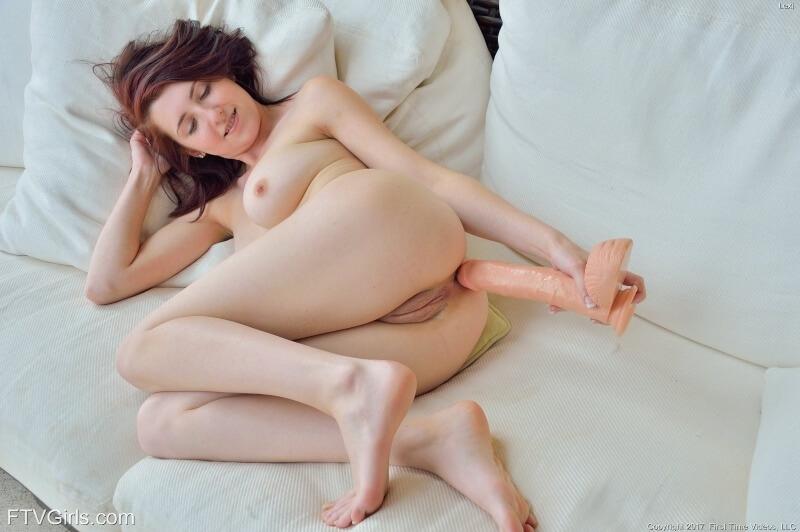 Uma mulher muito gostosa com seios perfeitos e uma bela bunda.