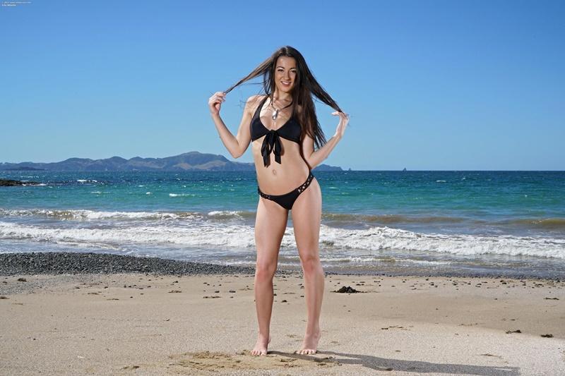 Lily Adams morena muito safada e gostosa pelada na praia delicia