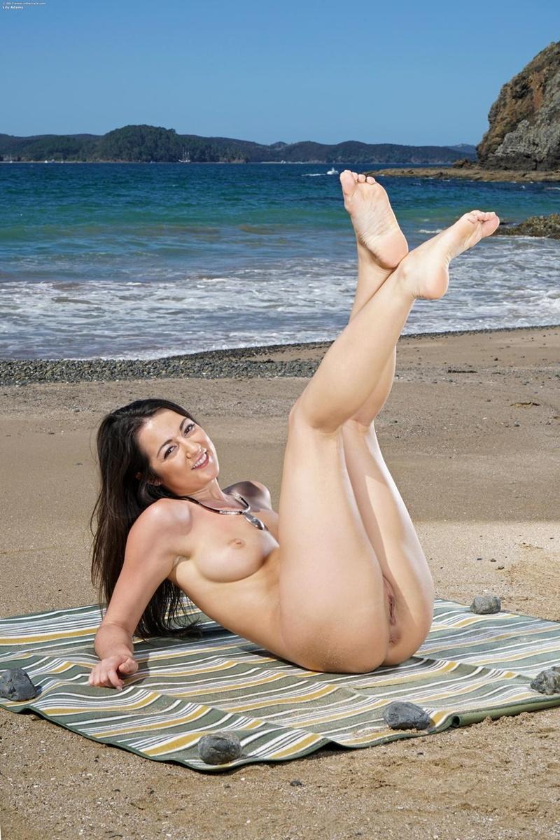 Morena muito safada e gostosa pelada na praia delicia