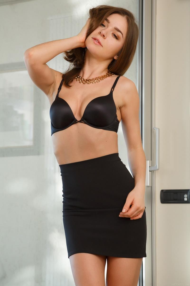 Lily C novinha de quatro safada com tesão bem gostosa pelada