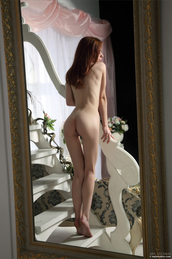 Ruiva linda e muito perfeita mostrando a sua buceta rosada e