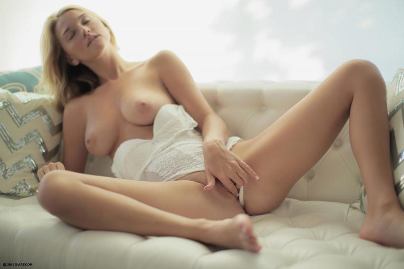 Loira gostosa peituda pelada sofa bucetuda