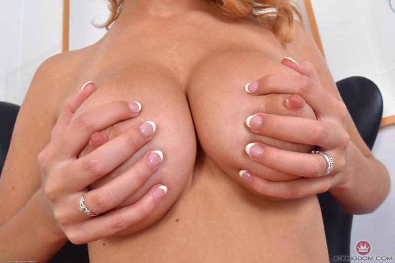 Loiraça de peitões perfeitos pelada gostosa