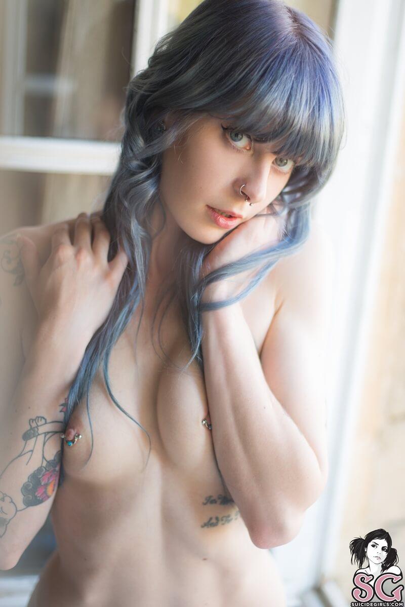 Gostosa de peitos pequenos mostrando a buceta carnuda
