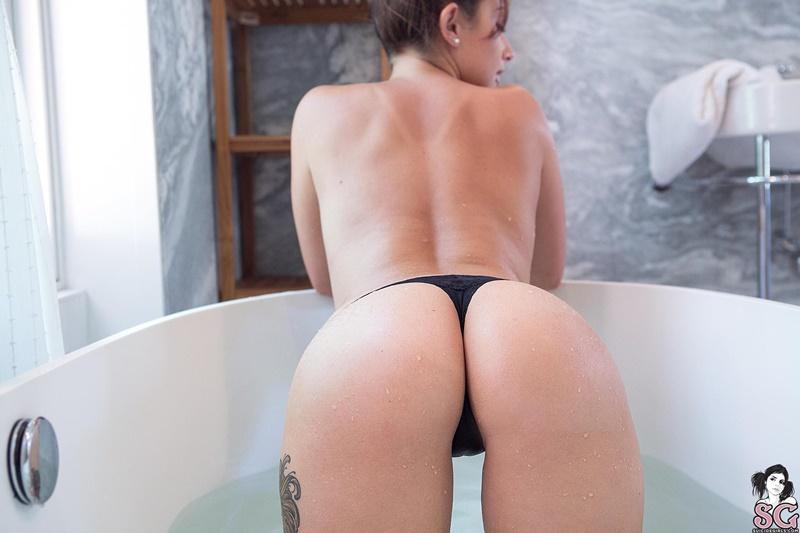 Gostosa peladinha muito safada tomando banho delicia