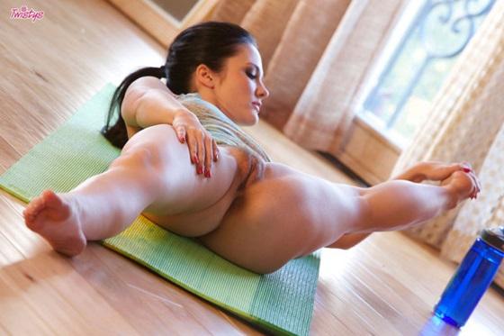 Четких гимнастка показывает свои дырочки видео тетина