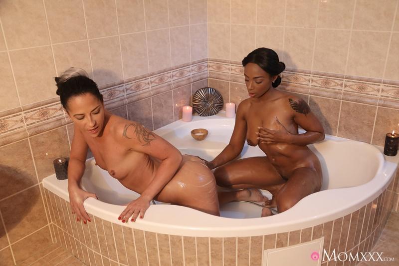 Lésbicas se chupando no banho com muito tesão