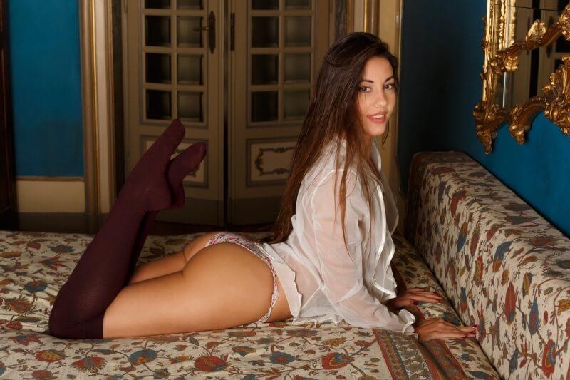 Morena famosa muito linda mostrando seu belo corpo.